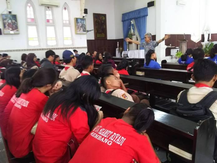 Siswa Siswi SMP Kunjungi Gereja