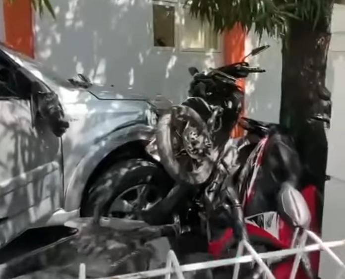 mobil seruduk sembilan motor