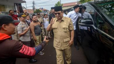 Prabowo Subianto saat melayat almarhum Boyke Setiawan di UKRI Bandung (Antara/Raisan Al-Farisi)