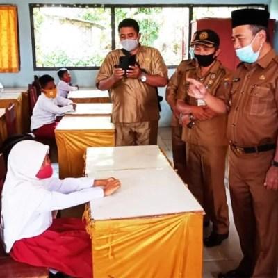 H Mashuri Tinjau Aktivitas Belajar Mengajar Murid SD Di Bangko Pada Tatanan New Normal Covid-19.
