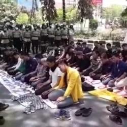 Unjuk Rasa Lagi, Puluhan Mahasiswa Sholat Berjamaah di DPRD Kalsel