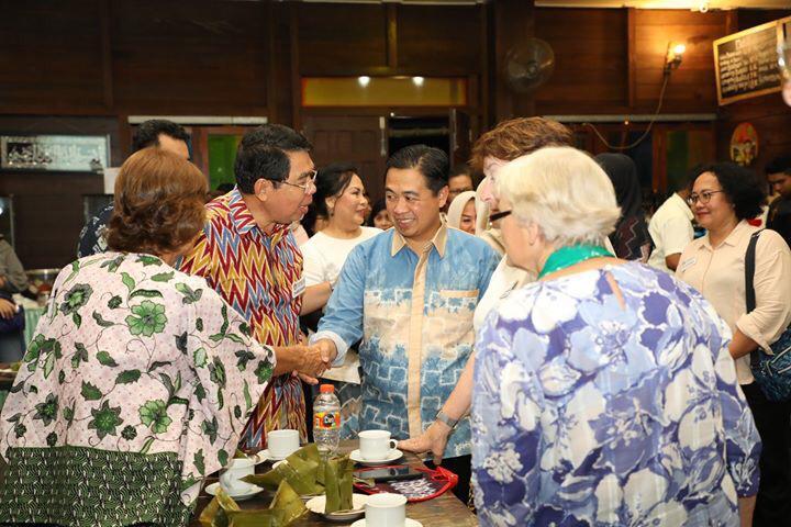 Turis AS Terpesona Kue Babongko