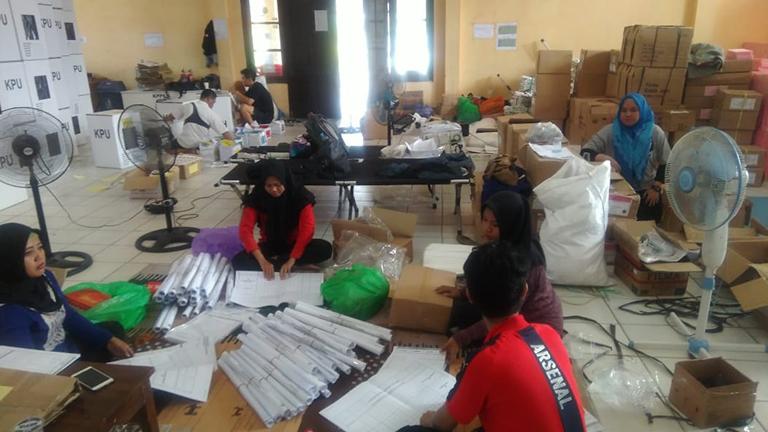 KPU Banjarmasin Sibuk Ngepak Surat Suara