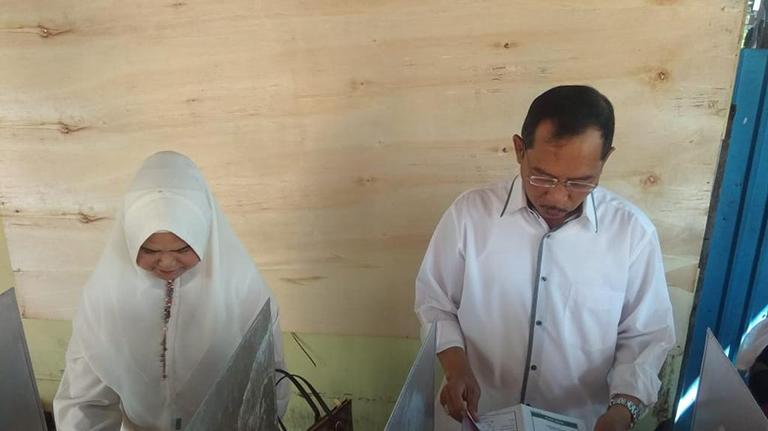 Wawali dan Istrinya Kompak ke TPS Berbaju Putih