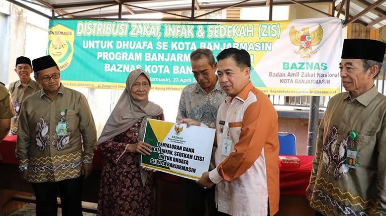 Baznas Salurkan Bantuan untuk 300 Orang Kaum Dhuafa