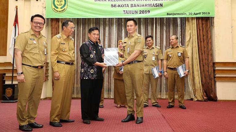 Ibnu-Herman Serahkan Dana Tahap Pertama Rp185 juta per Kelurahan