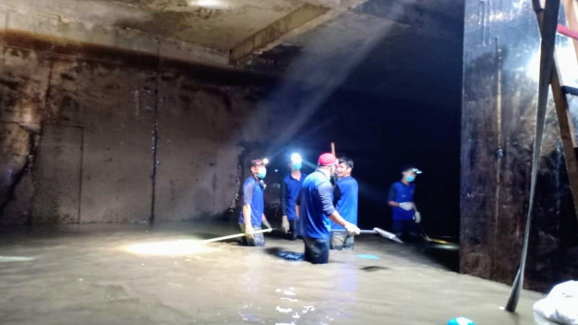 BERJIBAKU Direksi Bersama Karyawan PDAM Kuras Lumpur di Reservoar