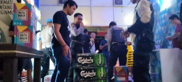 TETAP BUKA, Ratusan Botol Miras di Cafe Royal Borneo Disita Polisi