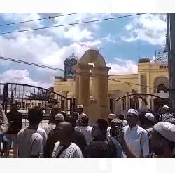 SALAT JUMAT Sebagian Jamaah Buka Paksa Pintu Pagar Masjid Agung Al-Karomah Martapura