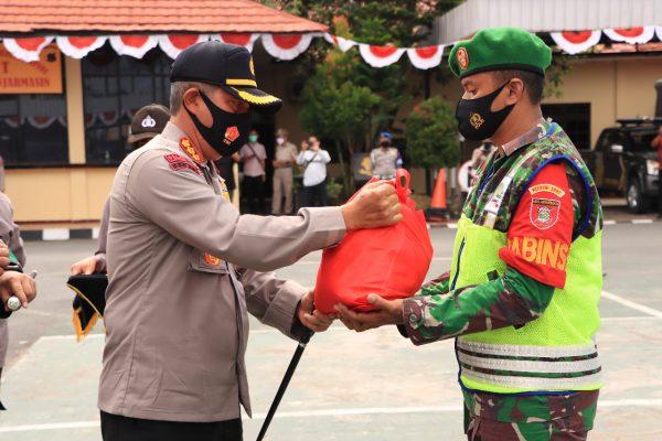 PULUHAN ANGGOTA Polresta Banjarmasin Distribusikan 1000 Paket Sembako