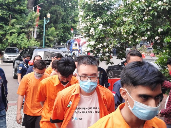 PESTA GAY di Kuningan Diikuti 56 Pria Digrebek Polisi, 9 Tersangka