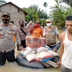 TERPARAH Korban Banjir di Kintap Dibanding Satui, Petugas Gabungan Berjaga-jaga dan Warga Diberi Bantuan
