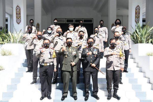 BERSAMA JAJARAN Kapolda Kalsel Turut Berhagia di HUT 75 TNI dan Hadiahi Nasi Tumpeng untuk Korem 101/Antasari