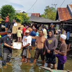 SISIR KORBAN Banjir di Bantaran Sungai, Paman Birin Gandeng PWI Kalsel