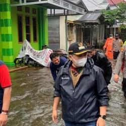 NAIK Status Siaga Jadi Tanggap Darurat, Walikota Serahkan Bantuan untuk Para Pengungsi