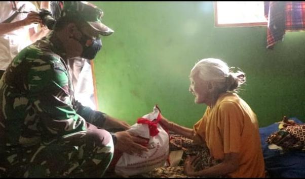 PENGUNGSIAN Disambangi Danrem 101 / Antasari, Antar Sembako ke Perempuan Usia Lanjut