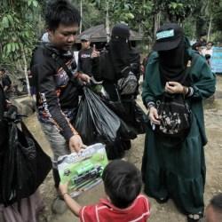 WARGA SAMBUT Kedatangan Relawan APS dan Cetana Bawa Bantuan dan Mainan Anak