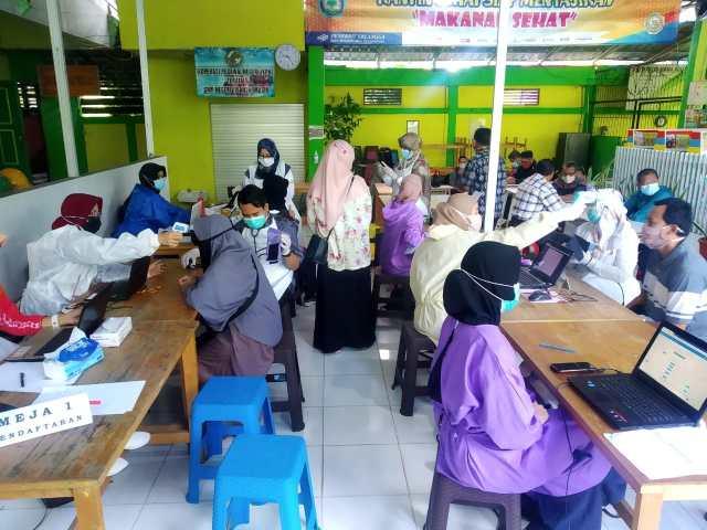 penyintikan vaksin pada guru di kota Banjarmasin