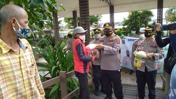 DIKUMPULKAN Para Pengayuh Becak Terima Bantuan dari Dit Binmas Polda Kalsel