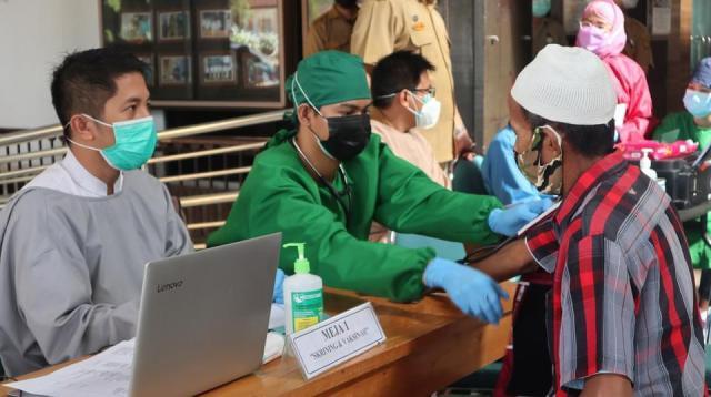 vaksinasi massal Tahun 2021 yang berlangsung di Lobby Balaikota Banjarmasin (3)