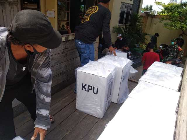 Proses pendistribusian logistik Pemilihan Gubernur dan Wakil Gubernur (Pilgub) Provinsi Kalimantan Selatan tahun 2020  di Kota Banjarmasin Tahun 2021