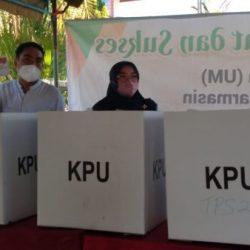MASYARAKAT ANTUSIAS Memberikan Hak Pilihnya, Wakil Ketua Dewan Kalsel Bersama Ketua DPRD Banjarmasin Menyambangi TPS 06