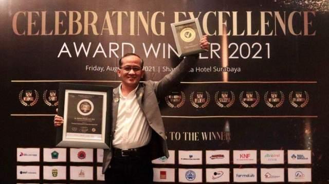 Kepala Dinas Kesehatan Kota Banjarmasin, Machli Riyadi mendapatkan Penghargaan Platinum Indonesia 2021 dari Yayasan Penghargaan Prestasi Indonesia