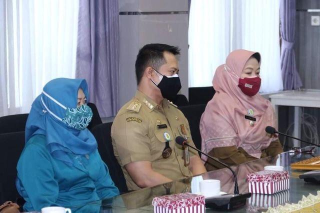 PIAGAM PROVINSI Prestasi Kelurahan Belitung Utara Diserahkan Walikota Banjarmasin (2)