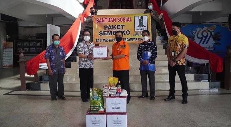 500 PAKET Bantuan Sembako Diterima Walikota dari Gapkindo untuk Warga Isoman
