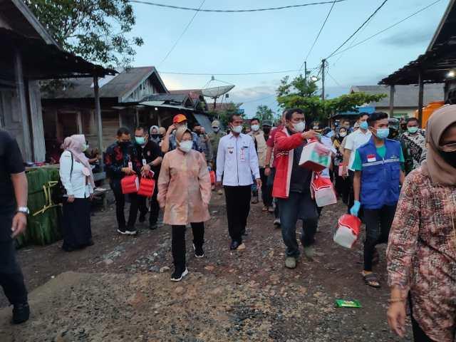 MENSOS Risma Bagikan Bantuan untuk Warga (2)