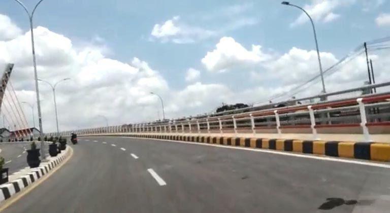 LAGI-LAGI Viral Setelah Moge, Kini Sebuah Mobil Terobos Jembatan Alalak 1