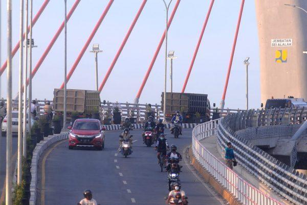 LARANGAN tak Diindahkan, Truk Melintas Jembatan Sungai Alalak I dan Begini Sikap Pejabat Dit Lantas