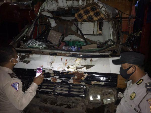 INSIDEN DALAM KAPAL Sebuah Truk Hantam Mobil Lainnya, si Sopir Terluka Kena Pecahan Kaca