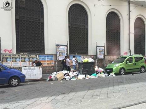 Imagem de Lixo jogado nas ruas de Nápolis
