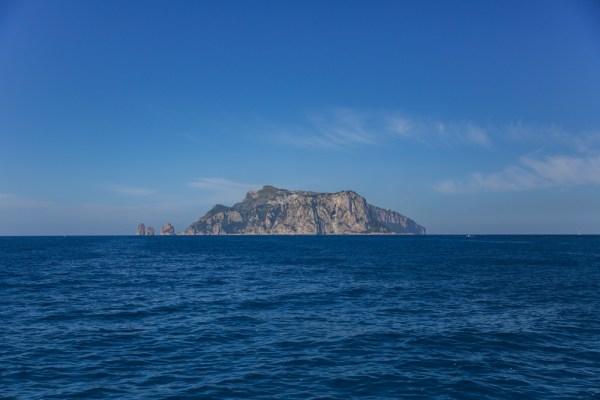 Avistando a Ilha de Capri vindo do Continente