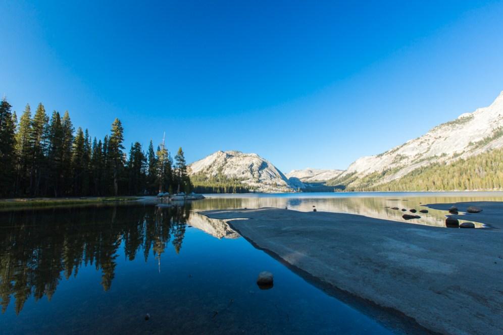 Lindo reflexo no Tenaya Lake no Parque Nacional de Yosemite