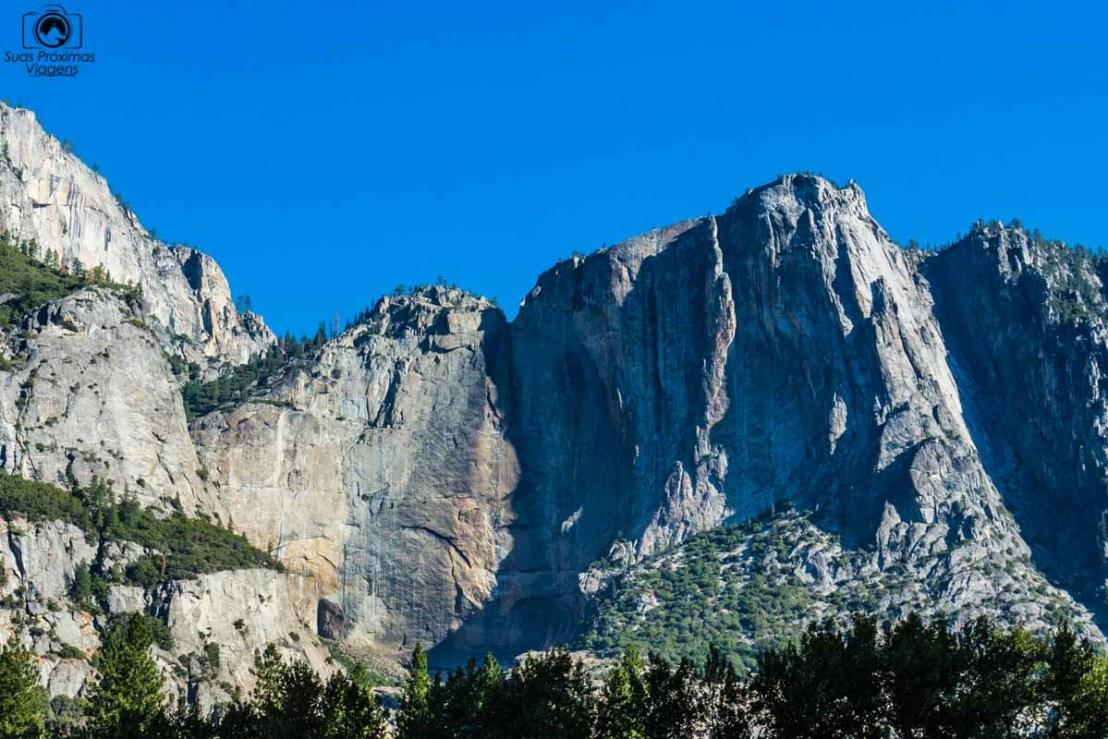 Vista do Yosemite Falls seco nos Parques Nacionais