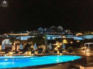 Vista do hotel à noite em Santorini
