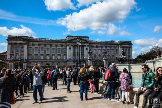 Multidão a frente do Palácio de Buckingham nas melhores dicas de londres