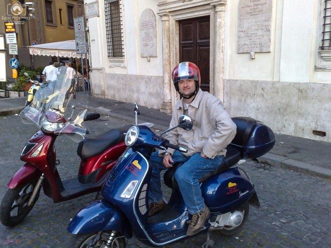 Passeando de scooter em Melhores Dicas de Roma