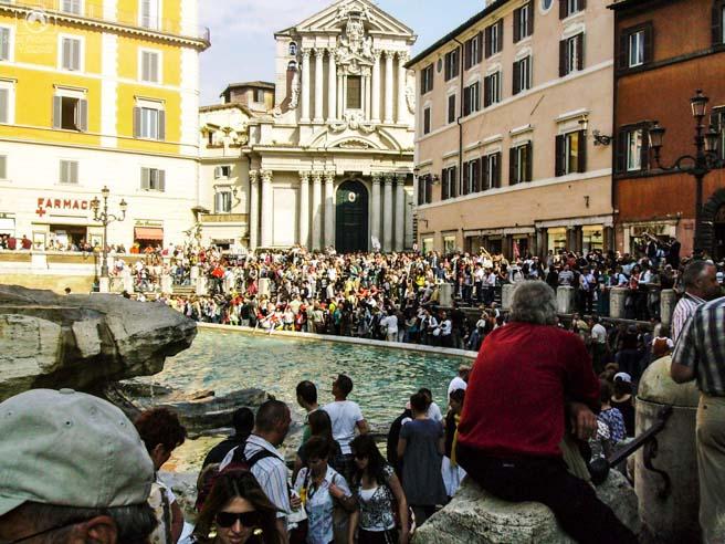imagem da Multidão em frente a Fontana de Trevi em o que fazer em Roma