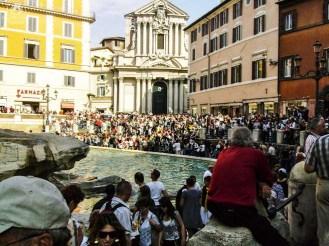 Multidão em frente a Fontana de Trevi em o que fazer em Roma