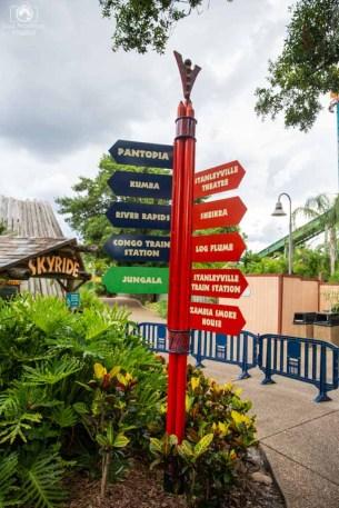 uma das diversas placas de sinalização no Busch Gardens