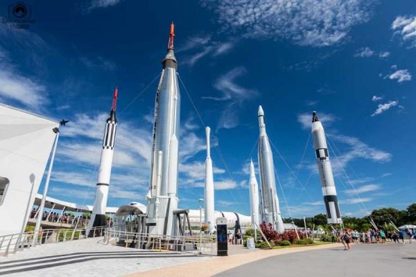 Jardim com a exposição dos Foguetes no Kennedy Space Center