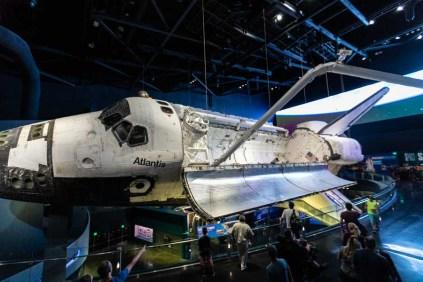 Exposição do Ônibus Espacial em frente ao Pavilhão da Atlantis no Kennedy Space Center