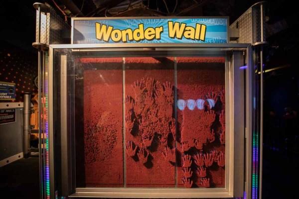 Wonder Wall no Wonderworks - Casa de ponta cabeça em Orlando