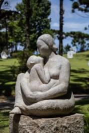 Vista das Obras de Arte pelo Jardim no Museu Felícia Leirner