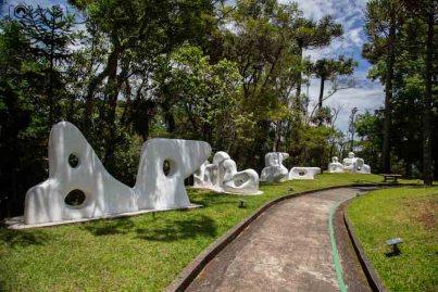 Vista das Obras pelo Jardim no Museu Felícia Leirner