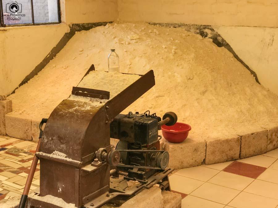 foto de uma pequena processadora de sal próxima ao salar de uyuni