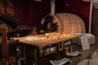 foto do forno de pizza e assados no golf grill